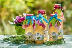 瓶用杉木和柠檬糖浆 免版税库存图片