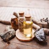 瓶用草本、干燥花、石头和不可思议的对象在巫婆木桌上 库存图片