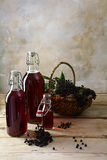 瓶用从黑接骨木浆果& x28的红色汁液; 接骨木花nig 库存照片