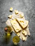 瓶白葡萄酒用切片乳酪 图库摄影