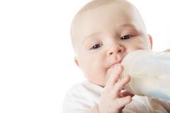 从瓶的俏丽的男婴饮用奶 库存图片