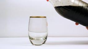 从瓶的倾吐的苏打到玻璃里 库存图片
