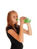 从瓶的女孩饮用的流行音乐 库存图片