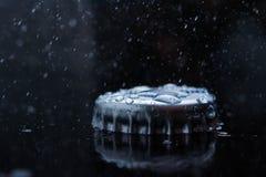 从瓶的蓝色清楚的淡水飞溅黄柏 免版税库存照片