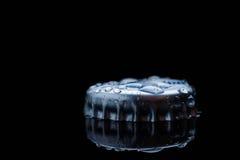 从瓶的蓝色清楚的淡水飞溅黄柏 免版税库存图片