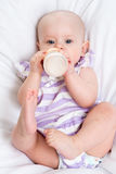 从瓶的婴孩饮用奶 免版税库存图片