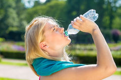 从瓶的渴少妇精整水 库存照片