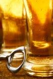 瓶盖启子用在玻璃的啤酒 免版税库存照片