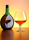 瓶科涅克白兰地玻璃 免版税库存图片