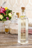 瓶精油和瓶子在木桌上的海盐 库存照片