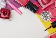 瓶红色指甲油和钉子艺术闪烁 免版税库存照片