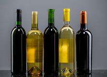 瓶红色玫瑰集合白葡萄酒 免版税库存图片