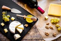 瓶红葡萄酒、开胃菜和拔塞螺旋在木backgroun 库存图片
