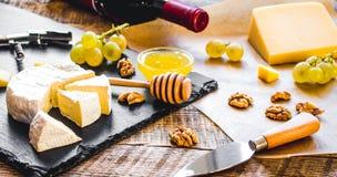 瓶红葡萄酒、开胃菜和拔塞螺旋在木backgroun 免版税库存图片