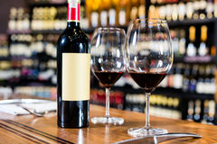 瓶红葡萄酒和两块玻璃 库存照片