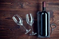 瓶红葡萄酒和两块玻璃 免版税库存照片