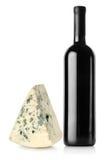 瓶红葡萄酒和青纹干酪 库存照片