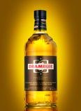 瓶苏格兰威士忌利口酒,苏格兰` s甜点,金黄色的40% ABV锂 免版税库存图片