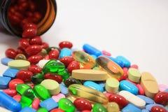 瓶药片溢出 免版税图库摄影