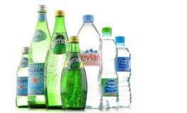 瓶被分类的全球性矿泉水品牌 库存图片