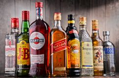 瓶被分类的全球性酒品牌 免版税库存照片