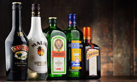 瓶被分类的全球性利口酒品牌 免版税库存图片