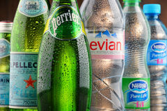 瓶被分类的全球性矿泉水品牌 免版税库存图片