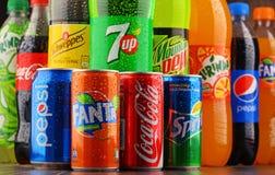 瓶被分类的全球性软饮料 图库摄影
