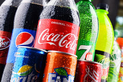 瓶被分类的全球性软饮料 免版税库存图片
