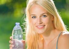 瓶装水妇女 库存图片