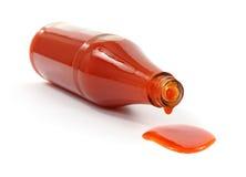 瓶辣调味汁溢出 库存照片