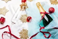 瓶配件箱庆祝的香槟礼品玻璃闪亮金属片 免版税库存图片