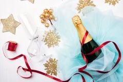 瓶配件箱庆祝的香槟礼品玻璃闪亮金属片 库存照片