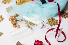 瓶配件箱庆祝的香槟礼品玻璃闪亮金属片 库存图片