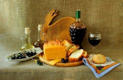 瓶酒、面包、乳酪和橄榄 免版税图库摄影