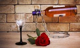 瓶酒和上升了 免版税库存图片