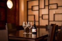 瓶酒和两块玻璃在桌上 免版税图库摄影
