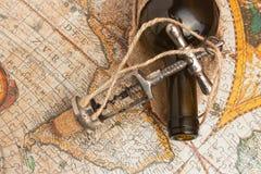瓶酒和拔塞螺旋 免版税库存图片