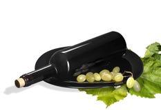 瓶酒和葡萄在白色背景 图库摄影