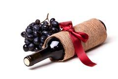 瓶酒和葡萄 免版税库存图片