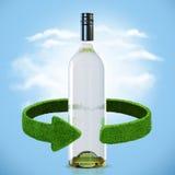 瓶酒和绿色箭头从草 回收概念 库存图片