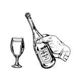 瓶酒在手中和玻璃 免版税库存图片