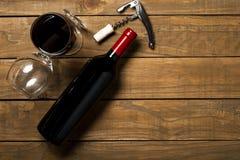 瓶酒拔塞螺旋和拔塞螺旋在木背景 与拷贝空间的顶视图 免版税图库摄影