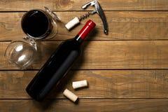 瓶酒拔塞螺旋和拔塞螺旋在木背景 与拷贝空间的顶视图 库存照片