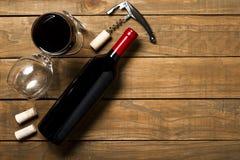 瓶酒拔塞螺旋和拔塞螺旋在木背景 与拷贝空间的顶视图 图库摄影