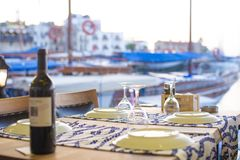 瓶酒有凯里尼亚港口pictureque视图塞浦路斯的 免版税库存图片