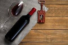 瓶酒杯和拔塞螺旋在木背景 与拷贝空间的顶视图 免版税图库摄影