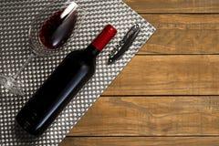 瓶酒杯和拔塞螺旋在木背景 与拷贝空间的顶视图 免版税库存照片