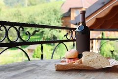 瓶酒用乳酪和桃子 免版税库存图片