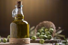 瓶额外的油橄榄色贞女 库存照片